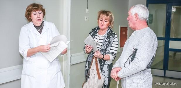 Заведующая отделением переливания крови Наталья Никулина консультирует доноров