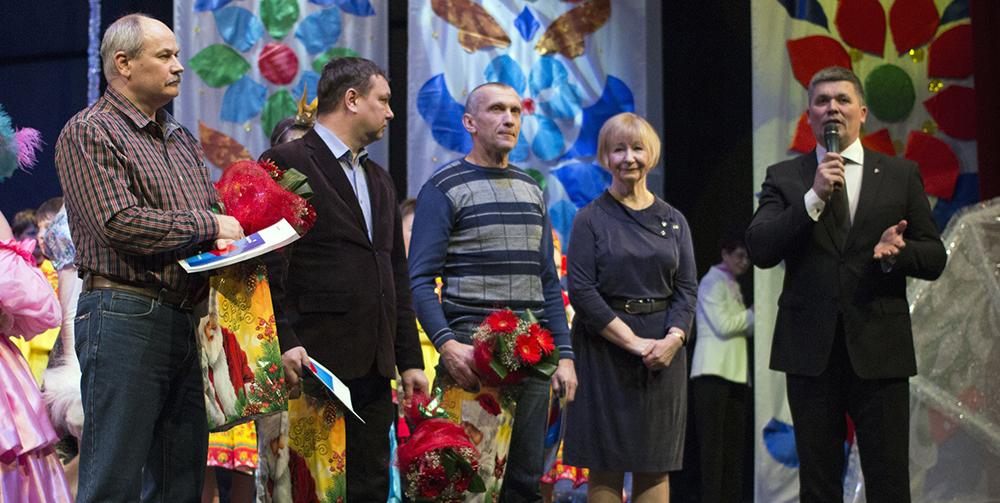 В 2014-м «Человеком года» стал слесарь по ремонту и обслуживанию оборудования из управления производства концентрата и окатышей Виктор Сушко (третий слева)