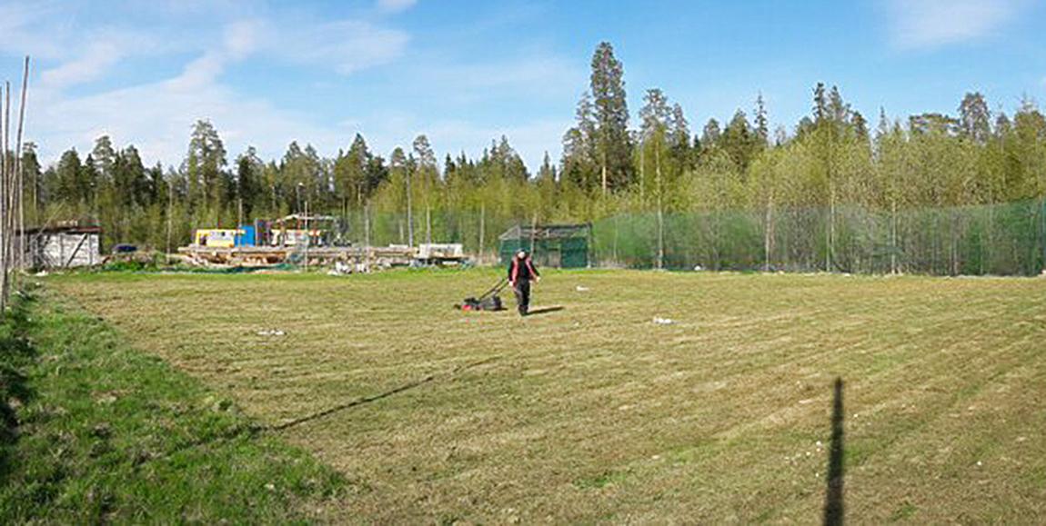 Организаторы заверяют, что на поле кочек нет. А к турниру здесь появится и зеленая трава.