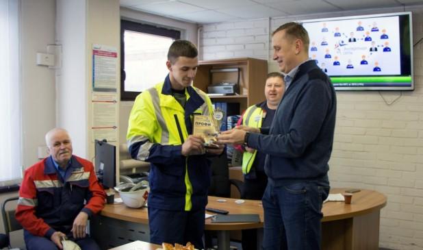Начальник управления ремонтов Алексей Бочкарев (справа) награждает победителя Александра Колеватова
