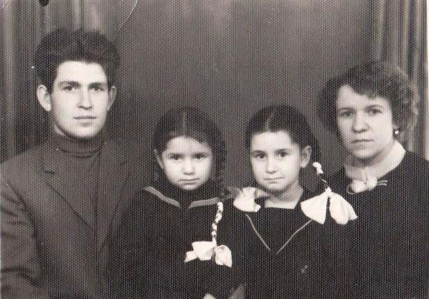 Чернышевы Юрий Никитович, дочки Ира и Рая, жена Роза Николаевна, 1962 год
