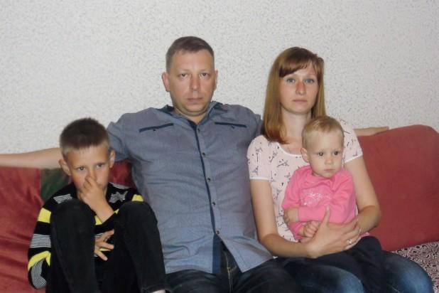 Артём и Татьяна Яковлевы с сыном Андреем и дочкой Лерой, 2017 год