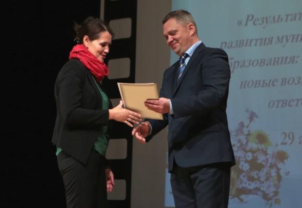 Марина Елфимова, учитель русского языка и литературы из гимназии, получает почетную грамоту министерства образования Карелии