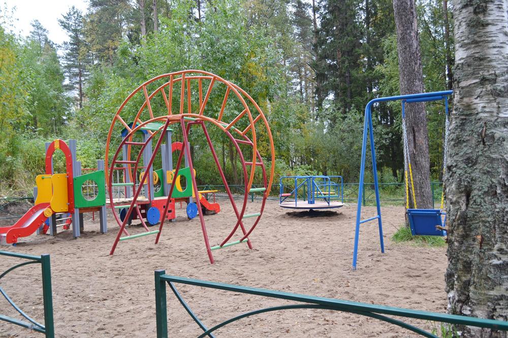 """Благодаря программе """"Комфортная городская среда"""" в 2017 году во дворе дома 15 по улице Ленина появилась эта детская площадка"""