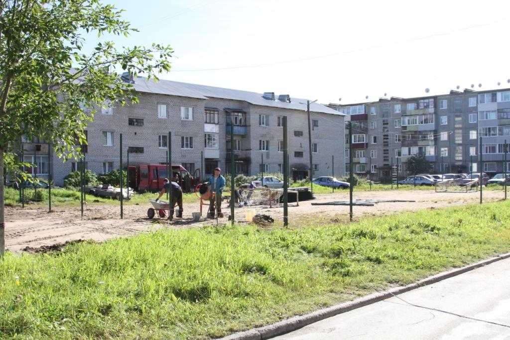 На спортивной площадке у дома по улице Строителей, 3