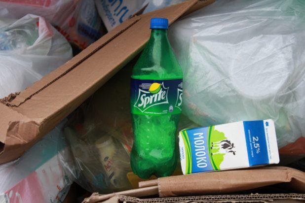 """Упаковка от молока здесь явно лишняя. Как и пленка в """"правильной"""" бутылке: эту бутылку придется выбросить"""