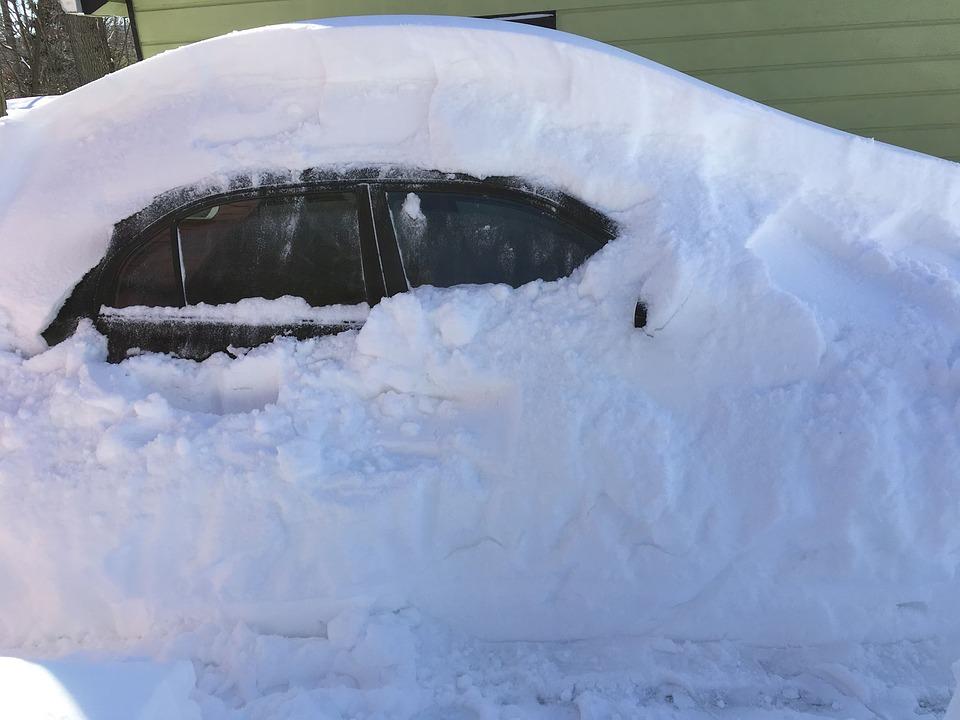 mashina-v-snegu-snegopad