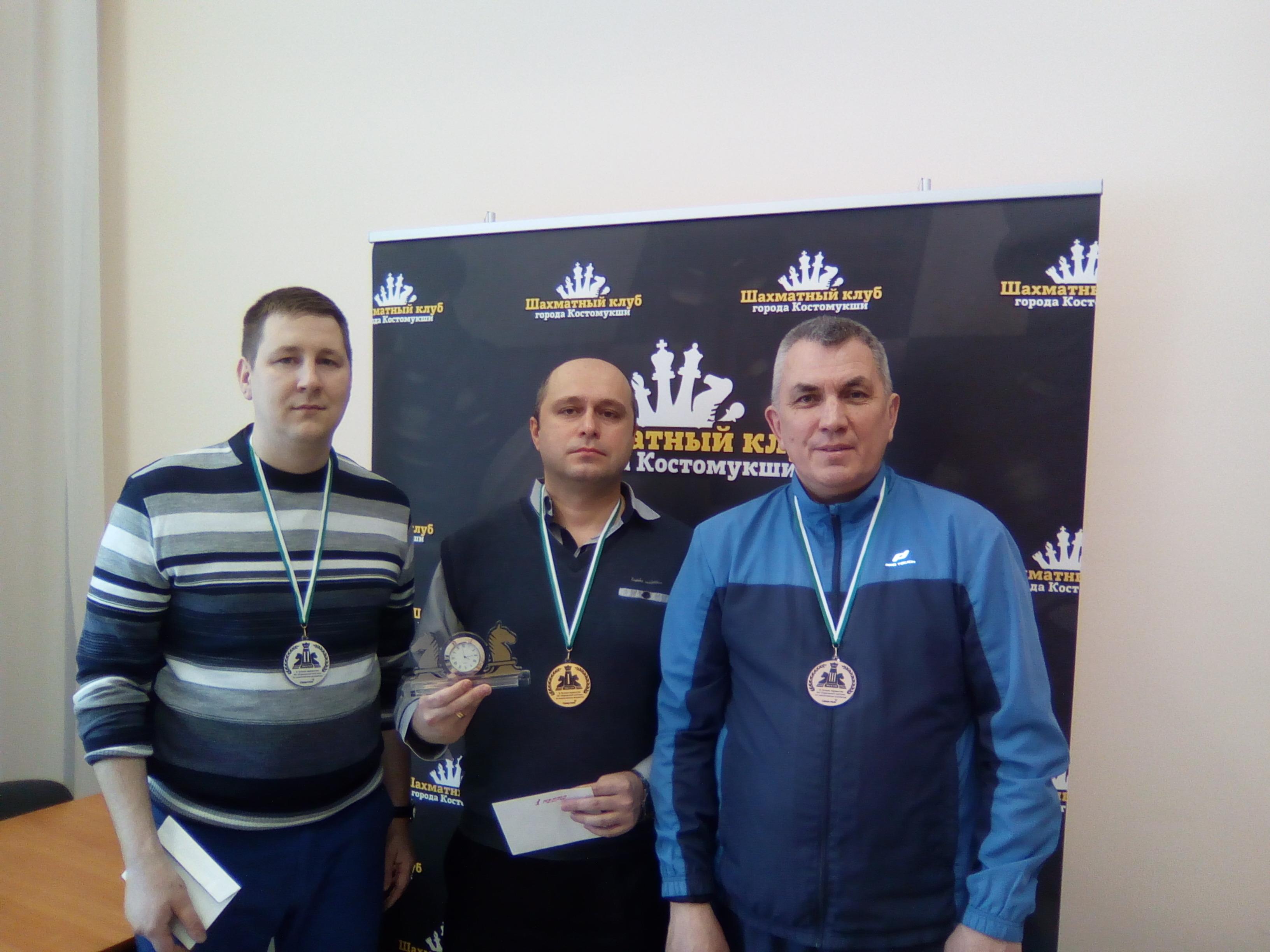 Чемпион Анатолий Желизнык в центре