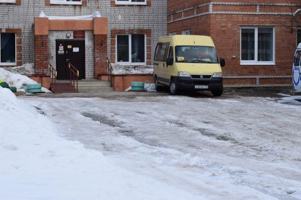 По этому льду должны добраться дети с ограниченными возможностями