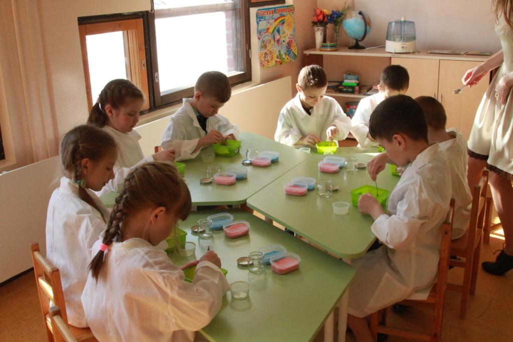 Группа юных ученых разрабатывает секретное украшение для уютной кухни любимой мамы