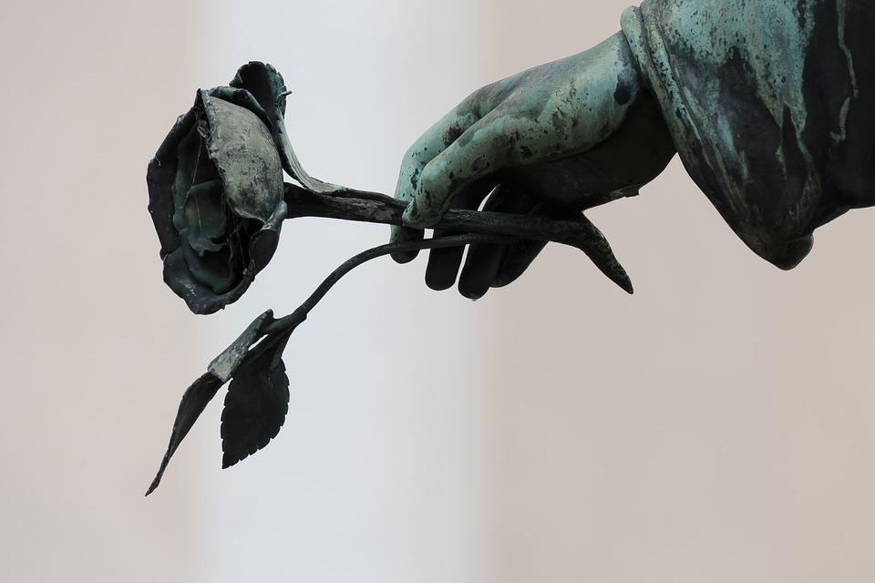 кладбище памятник рука