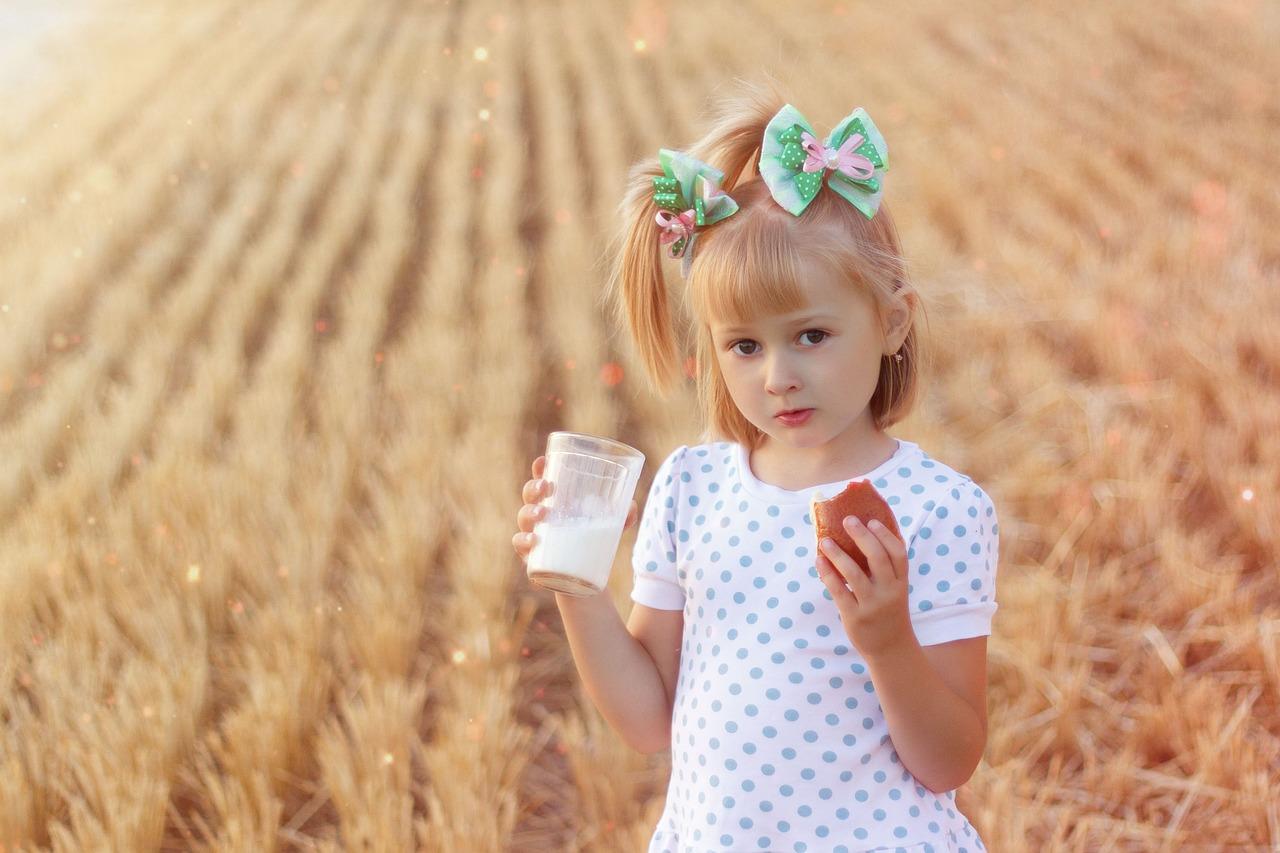 молоко девочка Пиксабей