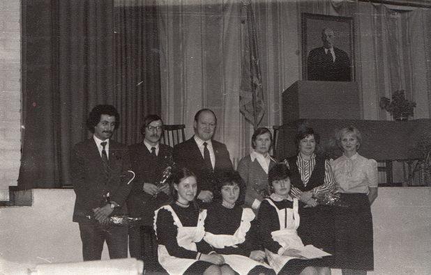 Старшие товарищи на комсомольском собрании в первой школе