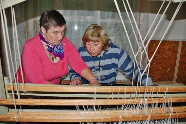 Вера Матеро у станка (на фото слева)