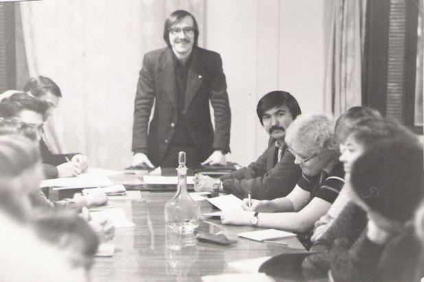 Первый секретарь Костомукшского горкома комсомола Георгий Киреев проводит совещание с активом, 1984 год