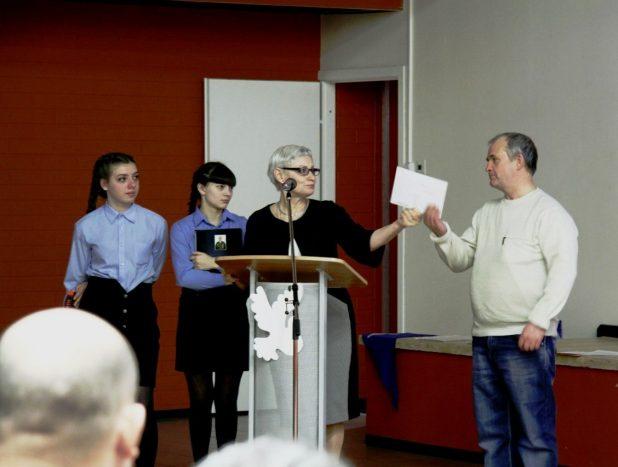 Тамара Григорьевна вручает Леониду письмо от сослуживца