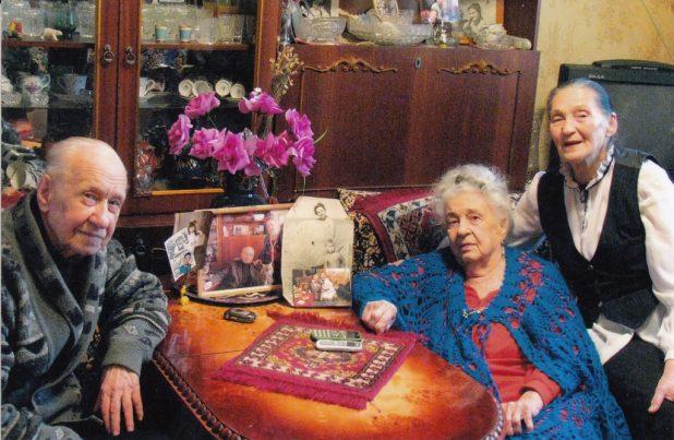 В Кривом Роге Аза Григорьевна общается вхожа в семью Игоря Александровича Гетало, одного из первых руководителей Карельского окатыша