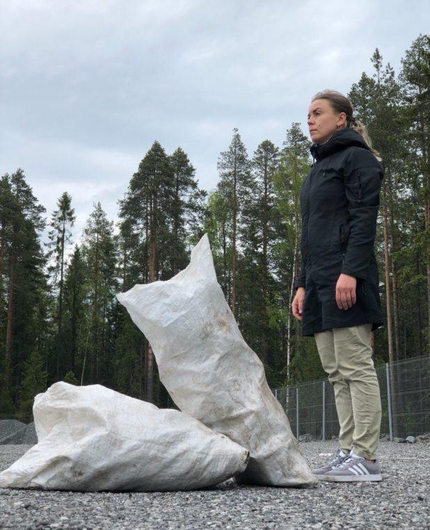 Полчаса после работы. Мешок пластикового мусора, мешок вторсырья на переработку. И все это в лесу