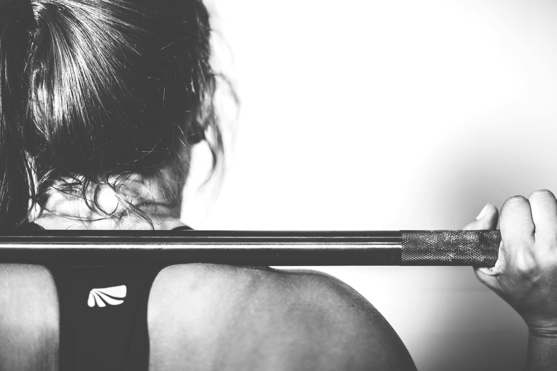 тренировка зал штанга спорт девушка