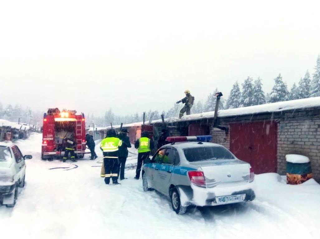 Костомукша пожар в гараже гаражный бокс МЧС спасатели