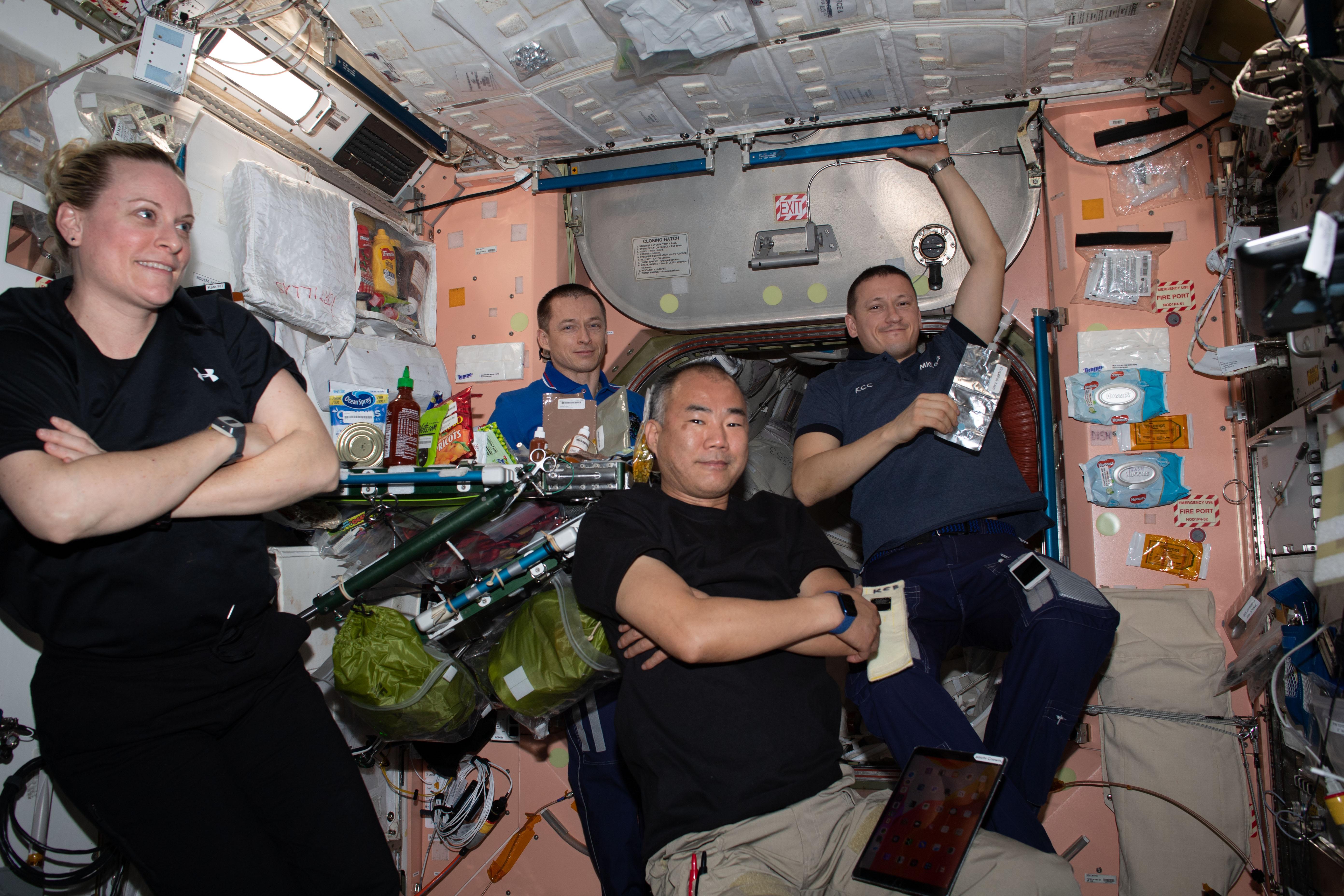 Экипаж МКС за ужином роскосмос наса космос