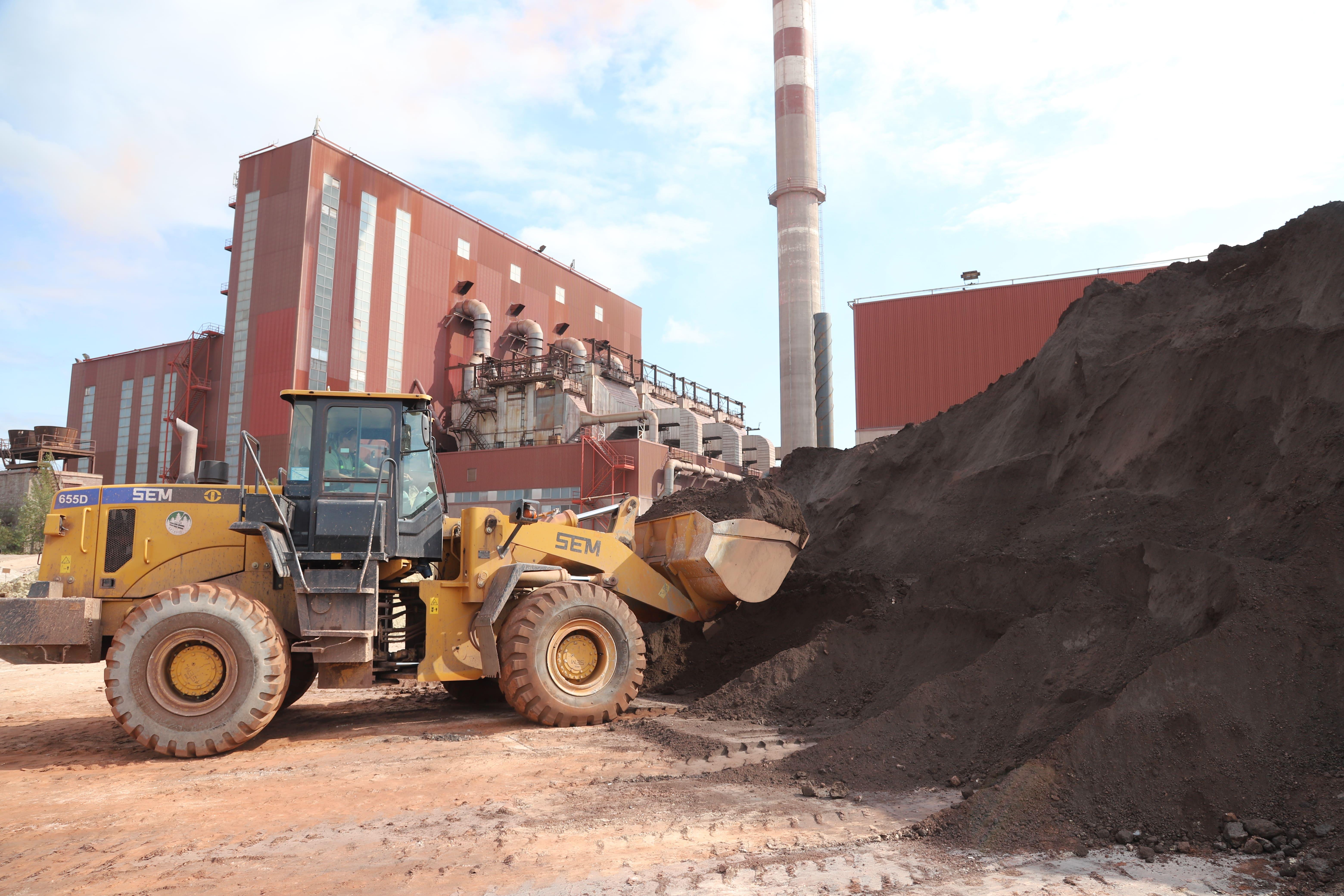 Аглоруду Яковлеского КОГа привозят на открытый склад участка дробления и измельчения нерудных материалов.
