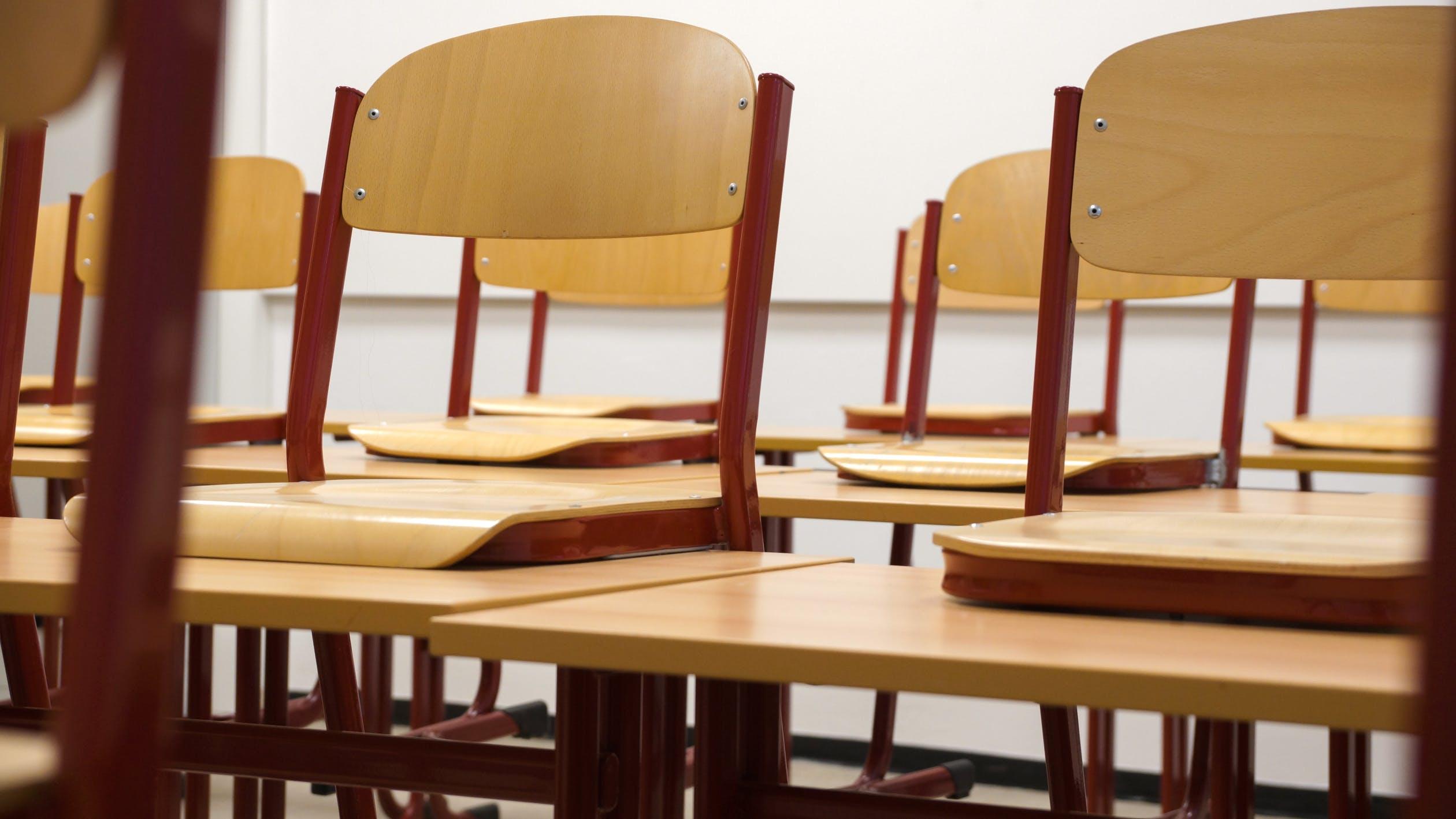 школа стулья пустой класс